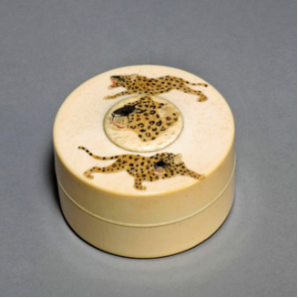 A Japanese Meiji period ivory pillbox with incised leopards. c1900.