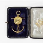 Commemorative brooch by Edmund Johnson Ltd of Dublin, in 18ct gold with its original fitted case